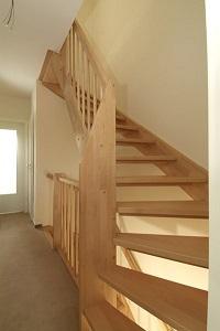Trappen foto 39 s van verschillende soorten trap in vurenhout eikenhout en mahonie - Houten trap monteer ...