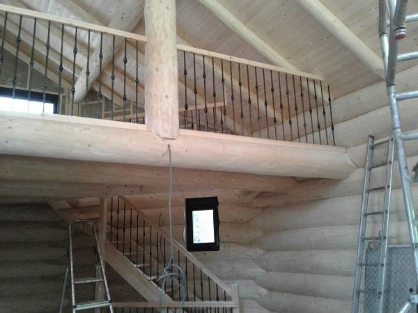grenen houten trap met smeedijzeren spijlen