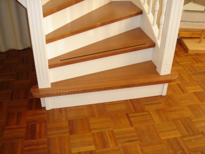 Toonzaal houten trappen